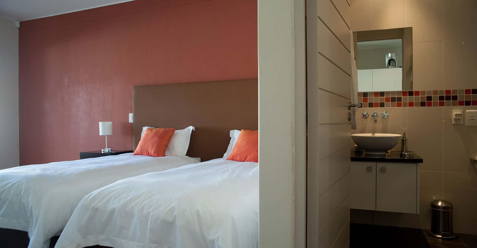 da Heim Guesthouse Kapstadt Schlafbereich und Badezimmer