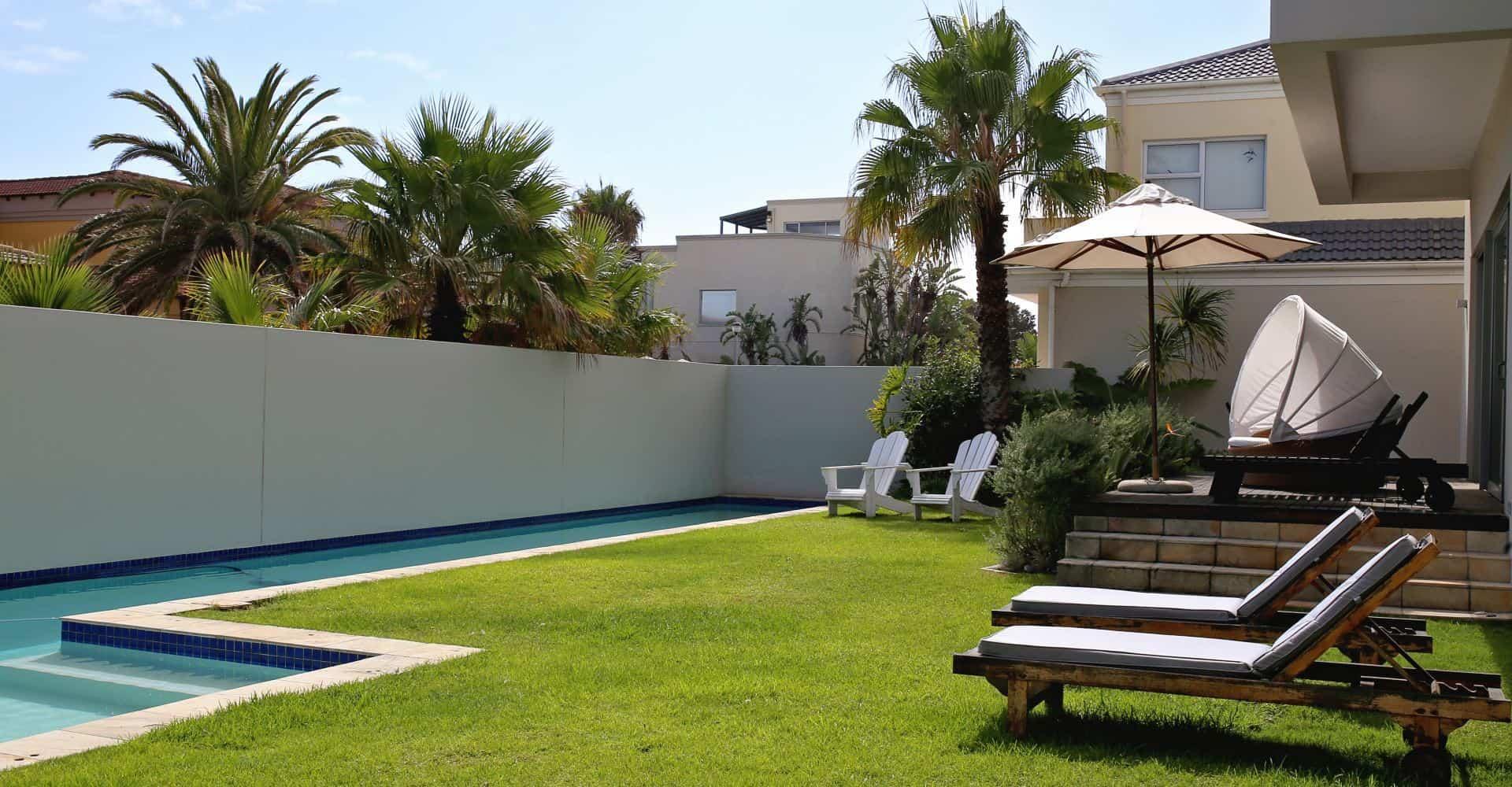 Garten mit Pool und Liegen zum Entspannen im Da Heim Guesthouse