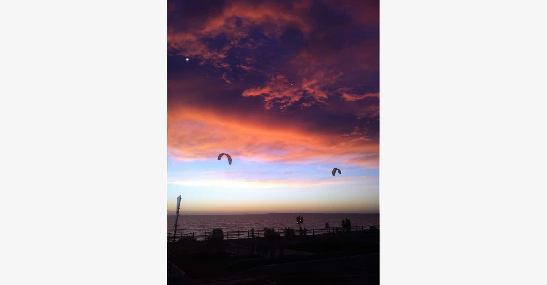 Kitesurfer im Sonnenuntergang - kitesurfers during sunset