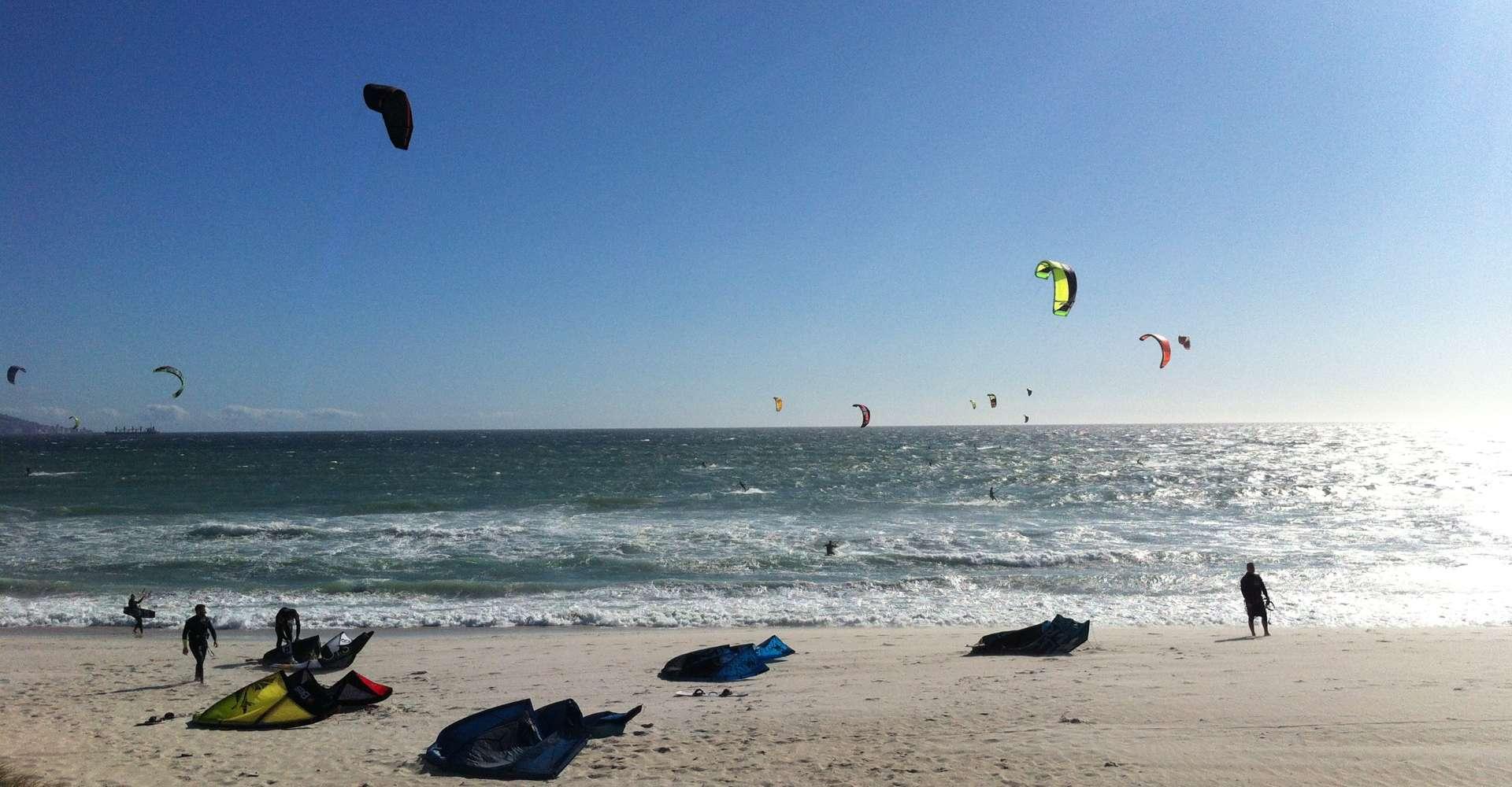 Mehrere kitesurfer am Strand - kitesurfer at beach
