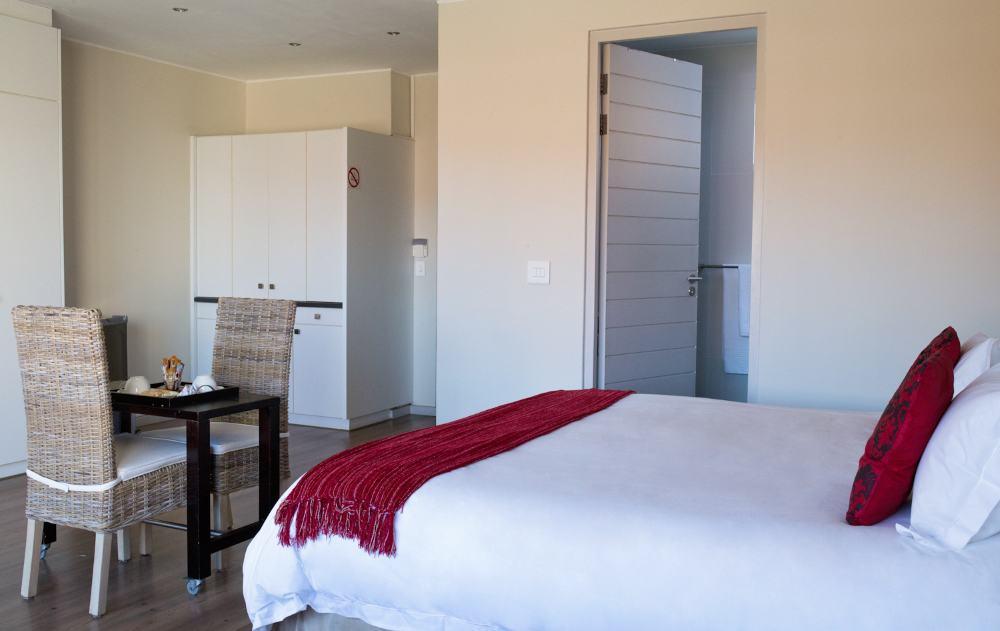 Tisch und grosses Bett im Appartement - table and bed in apartment
