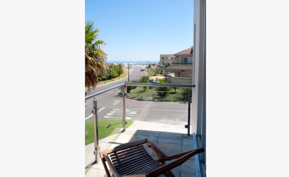 Blick vom Appartement Balkon auf Straße - view from apartment balcony