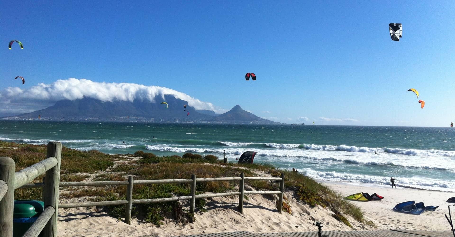 Kitesurfer am Strand - kitesurfers at beach