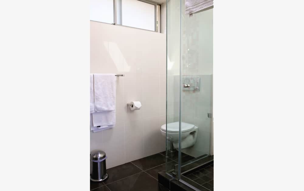 Dusche und Toilette im Appartement - Shower and toilet in apartment
